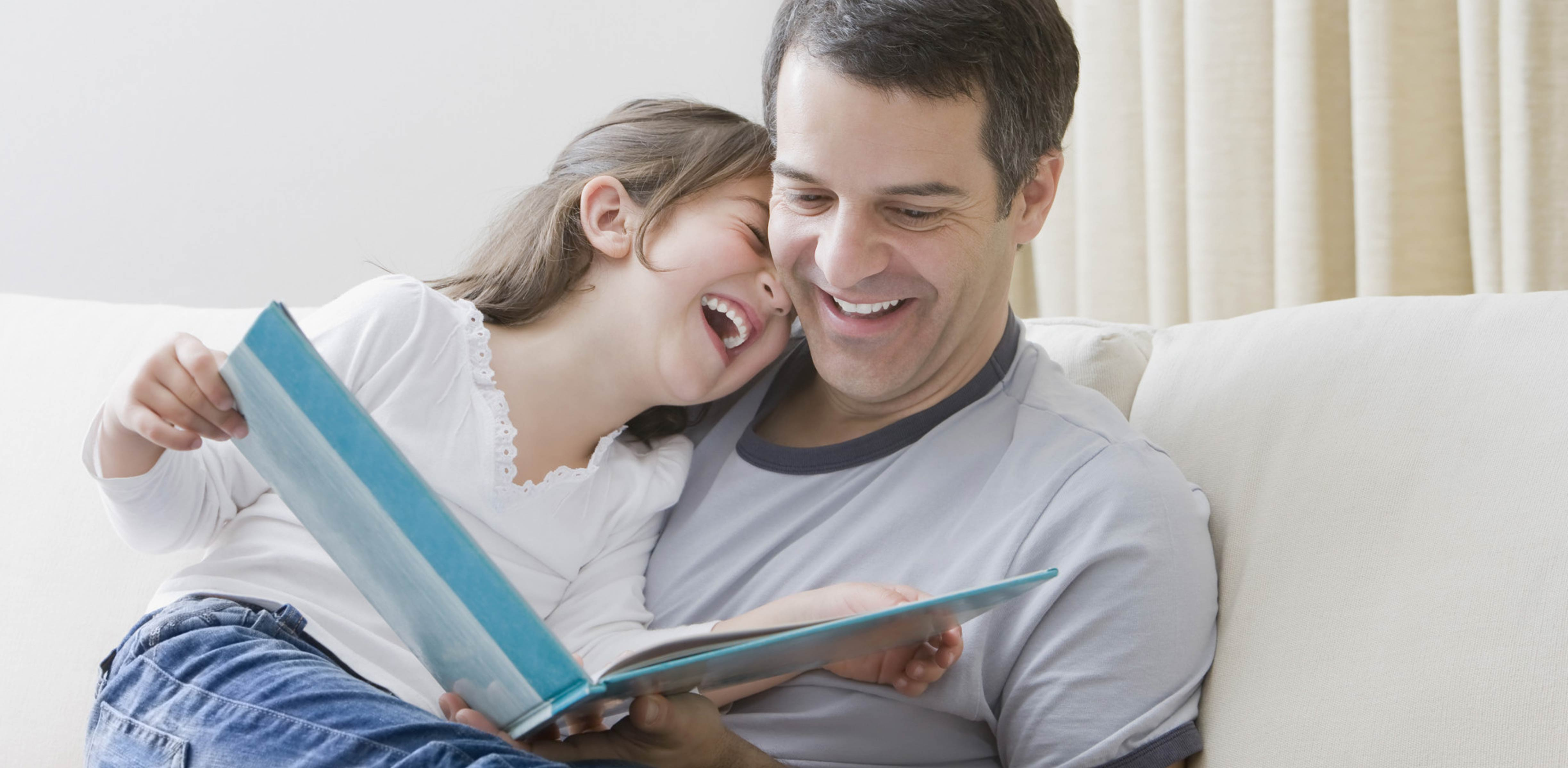 Padre leyendo con su hija