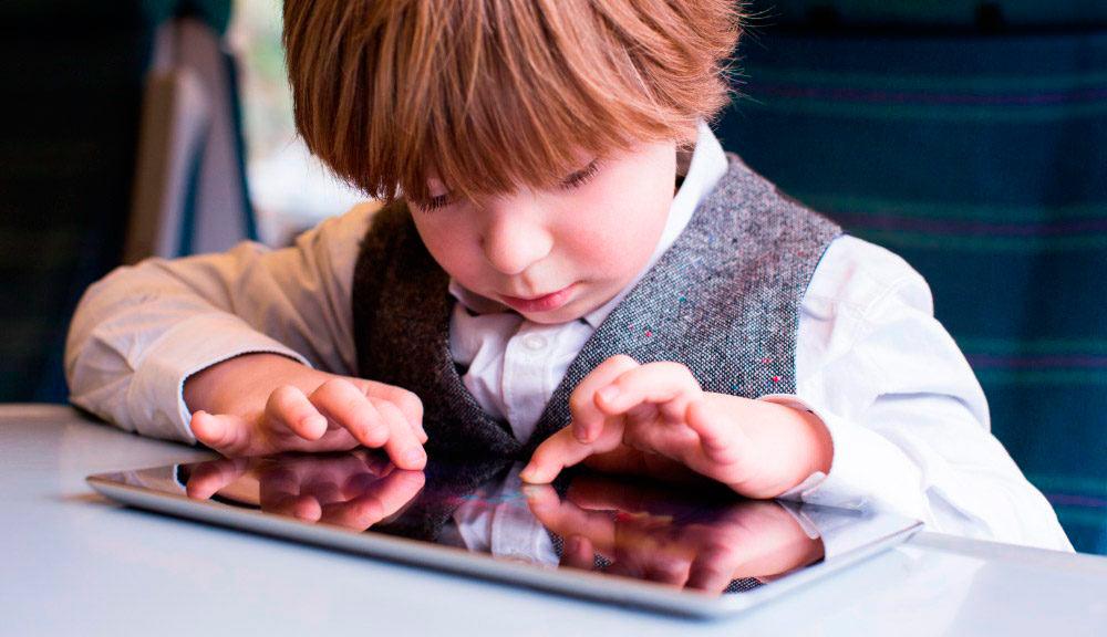 Niño mirando tablet