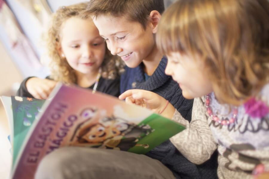 niños leyendo el bastón magico