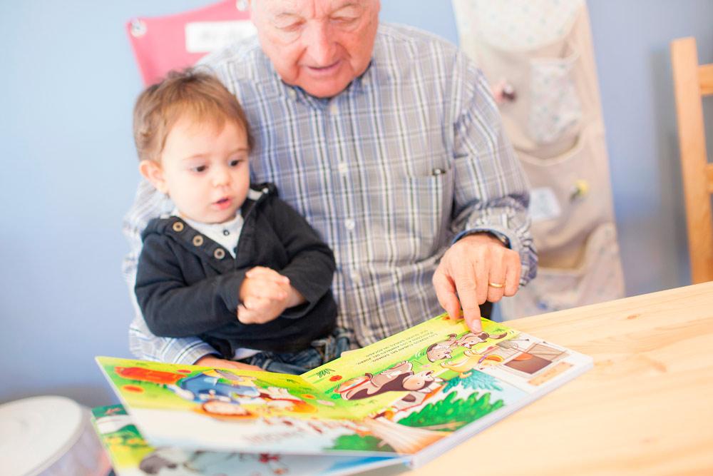 Abuelo leyendo SuperProta con su nieto