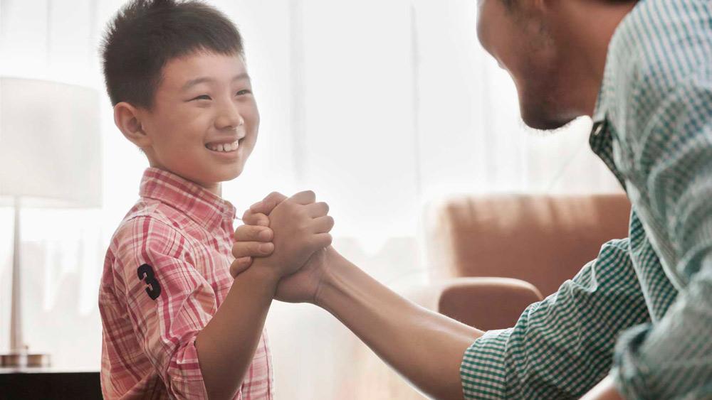 Padre elogiando a un niño