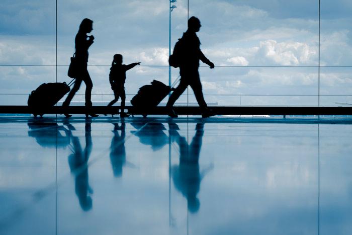Familia viajando en el aeropuerto