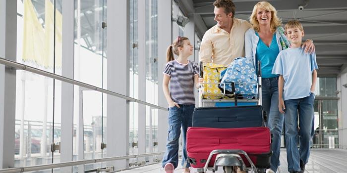 Familia viajando con maletas