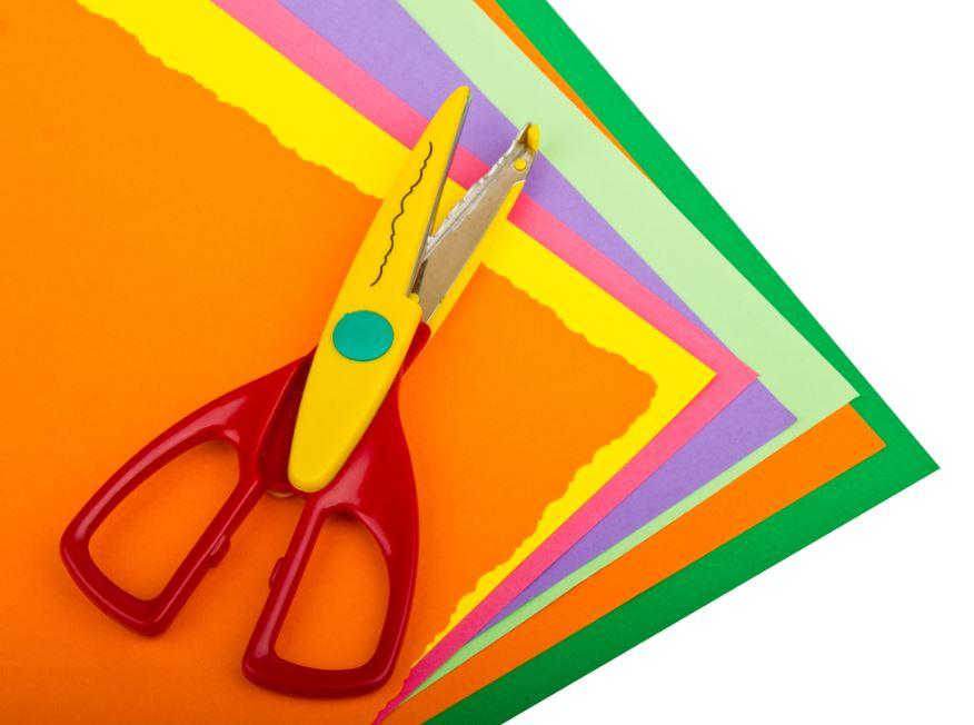 Cartulinas de colores y tijeras para hacer puntos de libro