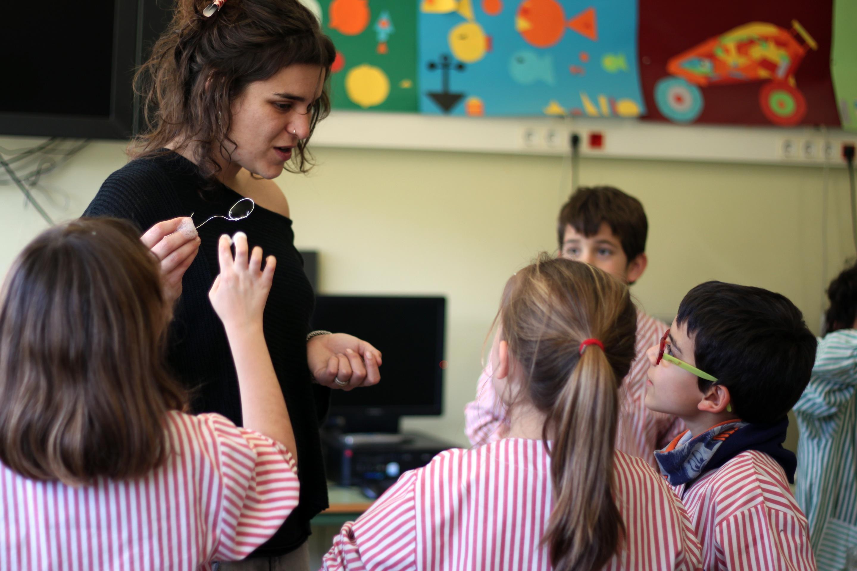 Profesora y alumnos de una escuela