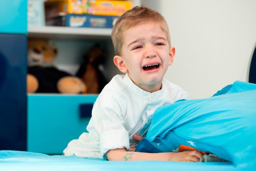 niño llorando cama