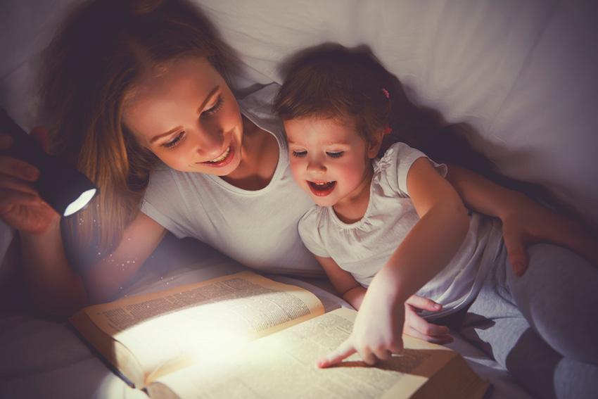 Resultado de imagen para leyendo cuentos antes de dormir