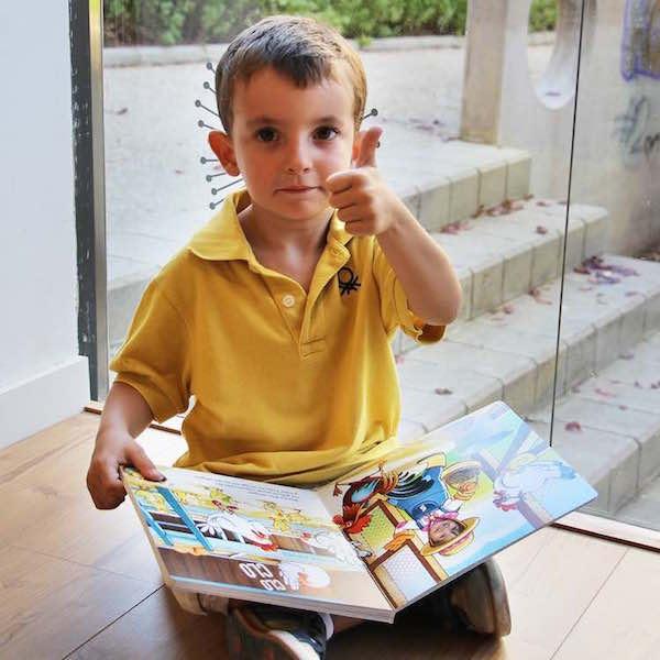 Nen amb el conte personalitzat Super Prota